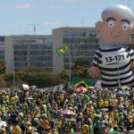 Opositores a Rousseff insultan a un ministro brasileño durante protesta