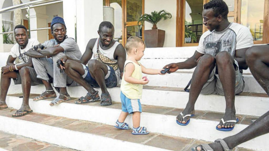 Bebé salvadoreño logra calmar tensión de protesta en Ibiza
