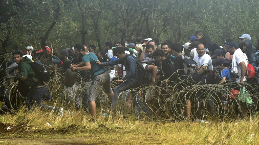 Cientos de refugiados rompen el cordón de seguridad y entran en Macedonia