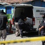 Investigadores levantan el cuerpo cadáver de una de las víctimas de la violencia en el país.