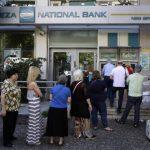 El lunes pasado Grecia implementó restricciones a los ciudadanos que quisieran retirar dinero de los bancos . Foto EDH/ ap