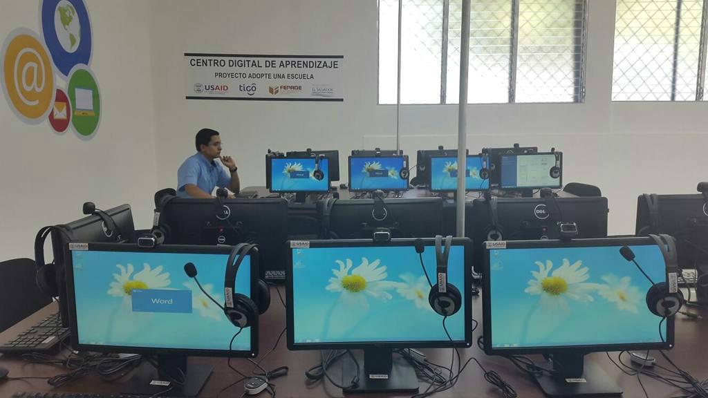 Centro de cómputo en escuela de San Vicente