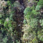 Recuperan cadáveres y cajas negras del avión estrellado en Papúa