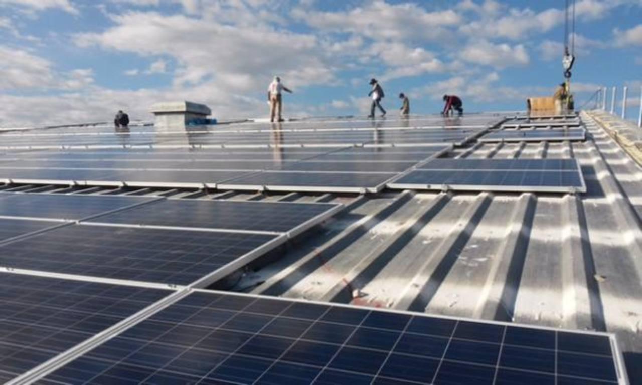 Cada vez son más las empresas que deciden instalar paneles solares en sus techos como una forma de ahorrar costos en la factura de energía.Luis Moreno Leitzelar fundó la empresa GreeNRG en 2010. Desde entonces se dedica a implementar proyectos de efi