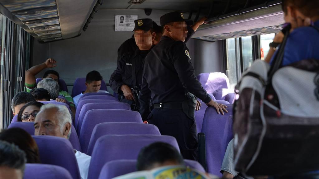 Policias dentro de buses