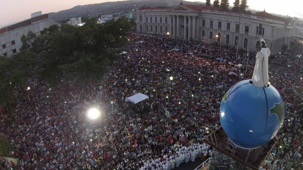 Católicos celebran transfiguración del Salvador del Mundo