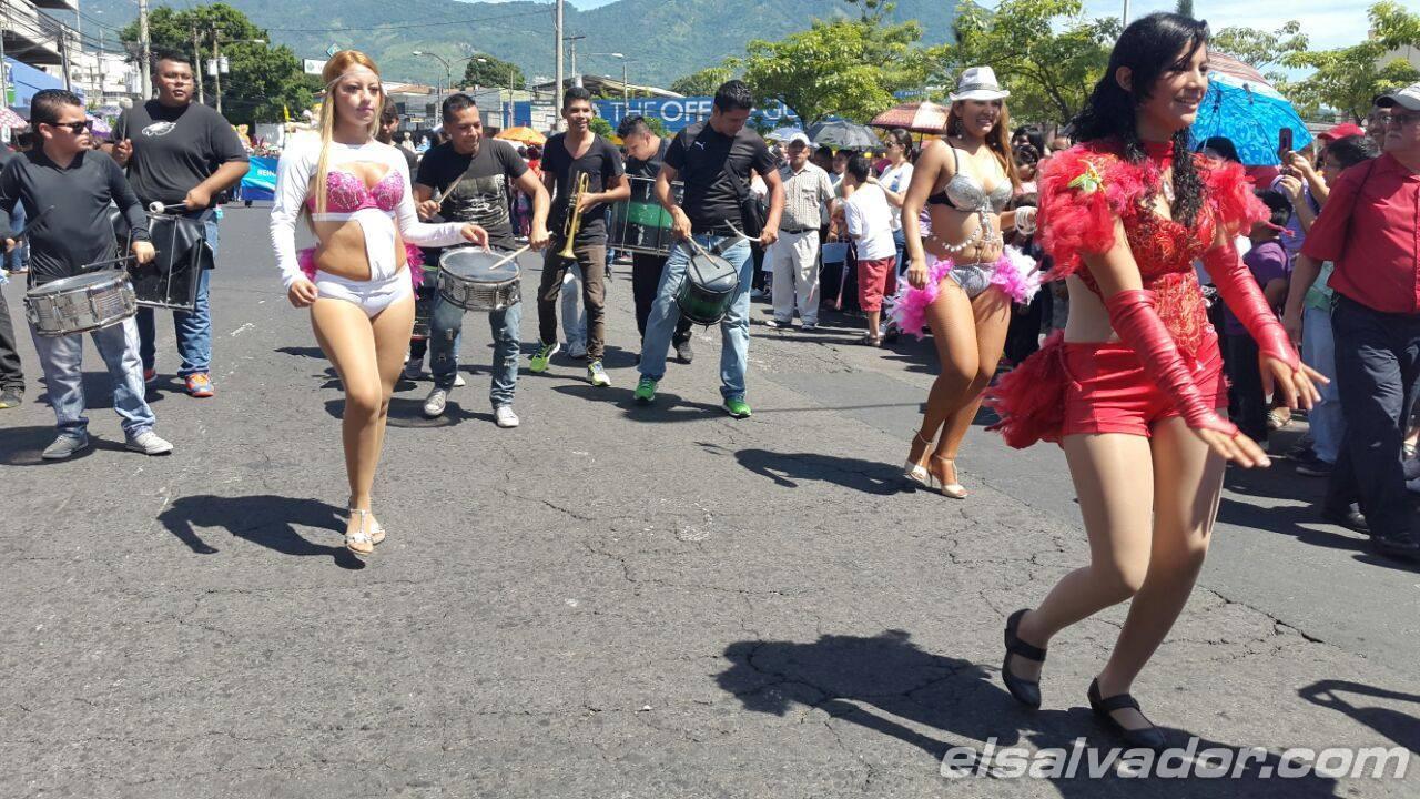 Salvadoreños disfrutan del Desfile del Comercio por fiestas agostinas
