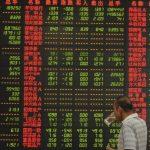 Un inversor sigue las cotizaciones en una casa de corretaje en Fuyang
