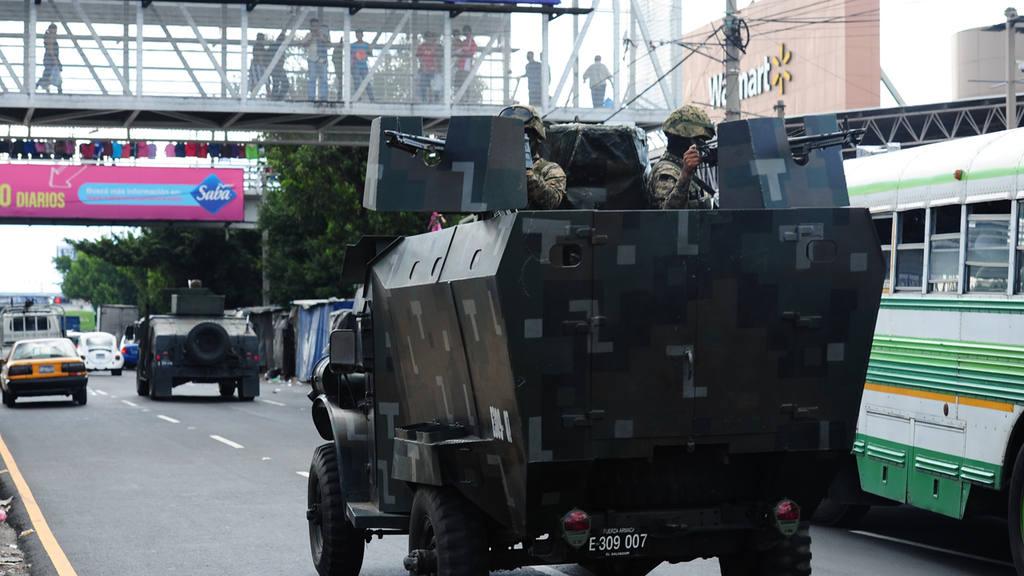 Paro de buses en El Salvador. Tanquetas dela Fuerza Armada de El Salvador , dan seguridad en las calles de San Salvador El Salvador.
