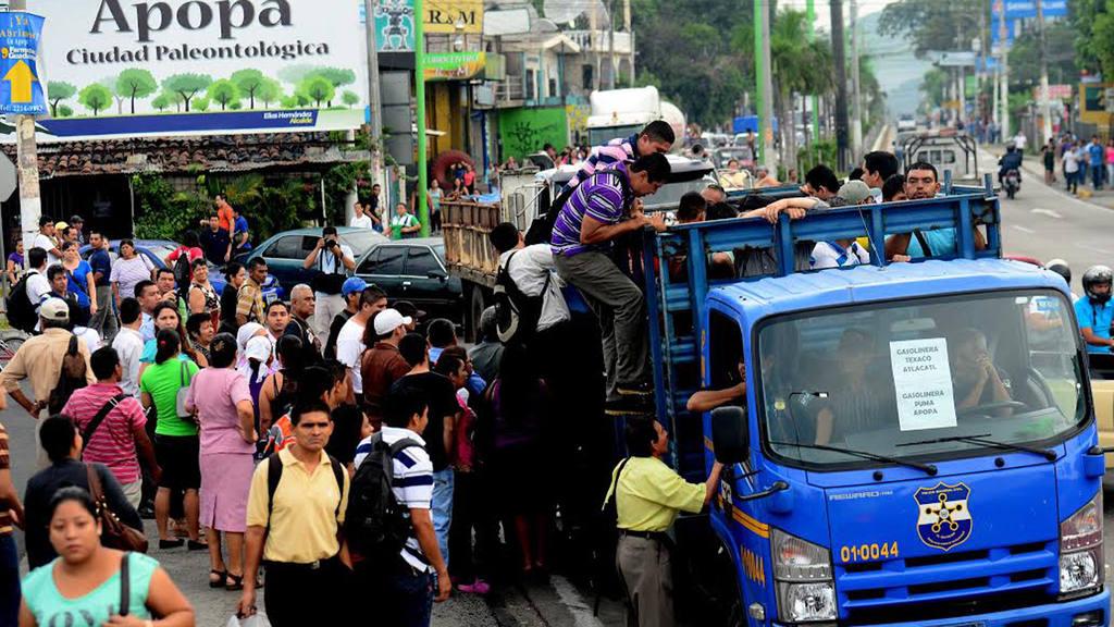 Salvadoreños salen a trabajar en el segundo día de paro