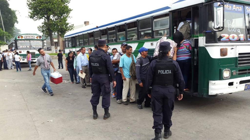 Salvadoreños salen a trabajar durante el segundo día de paro