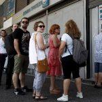 Atenienses hacen cola para retirar dinero de un cajero