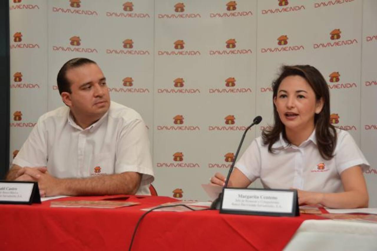 Ronald Castro, gerente de Banca Masiva y Margarita Centeno, jefa de Remesas y Compatriotas de Davivienda, explican el nuevo beneficio del banco. Foto EDH /Xenia Zepeda
