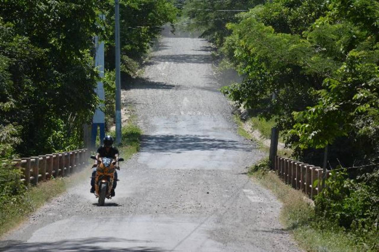 La calle que une a los municipios de Sesori, en San Miguel; con Ciudad El Triunfo, en Usulután, requiere de intervención en diversos tramos. Fotos EDH / Carlos Segovia