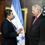 El presidente de Honduras, Juan Orlando Hernández (i) y el consejero del Departamento de Estado de EE. UU., Thomas Shannon.