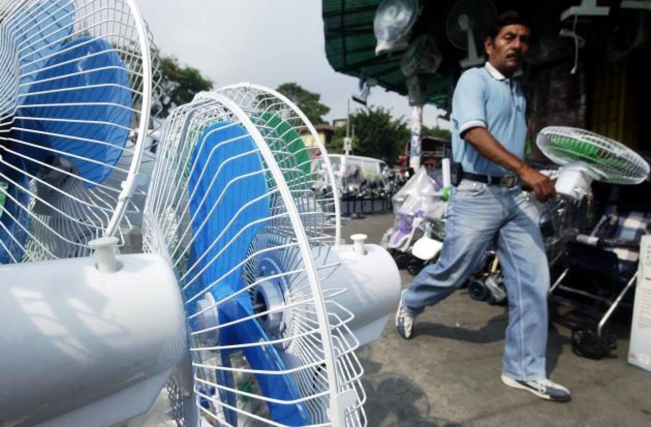 El calor ha obligado a los salvadoreños a utilizar con más frecuencia los ventiladores y aires acondicionados, que consumen más energía. Foto EDH / archivo