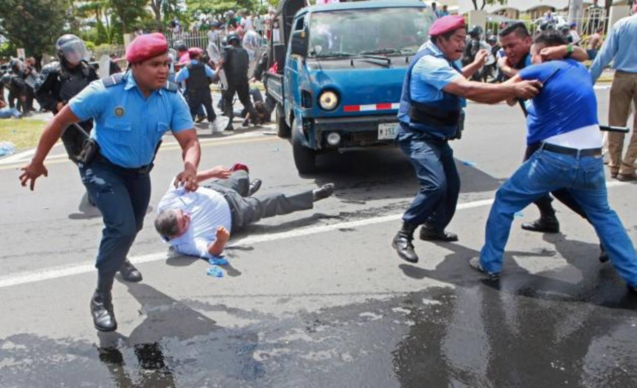 El miércoles, la Policía de Nicaragua repelió con gases una marcha opositora que pedía reformas electorales. foto edh / Archivo