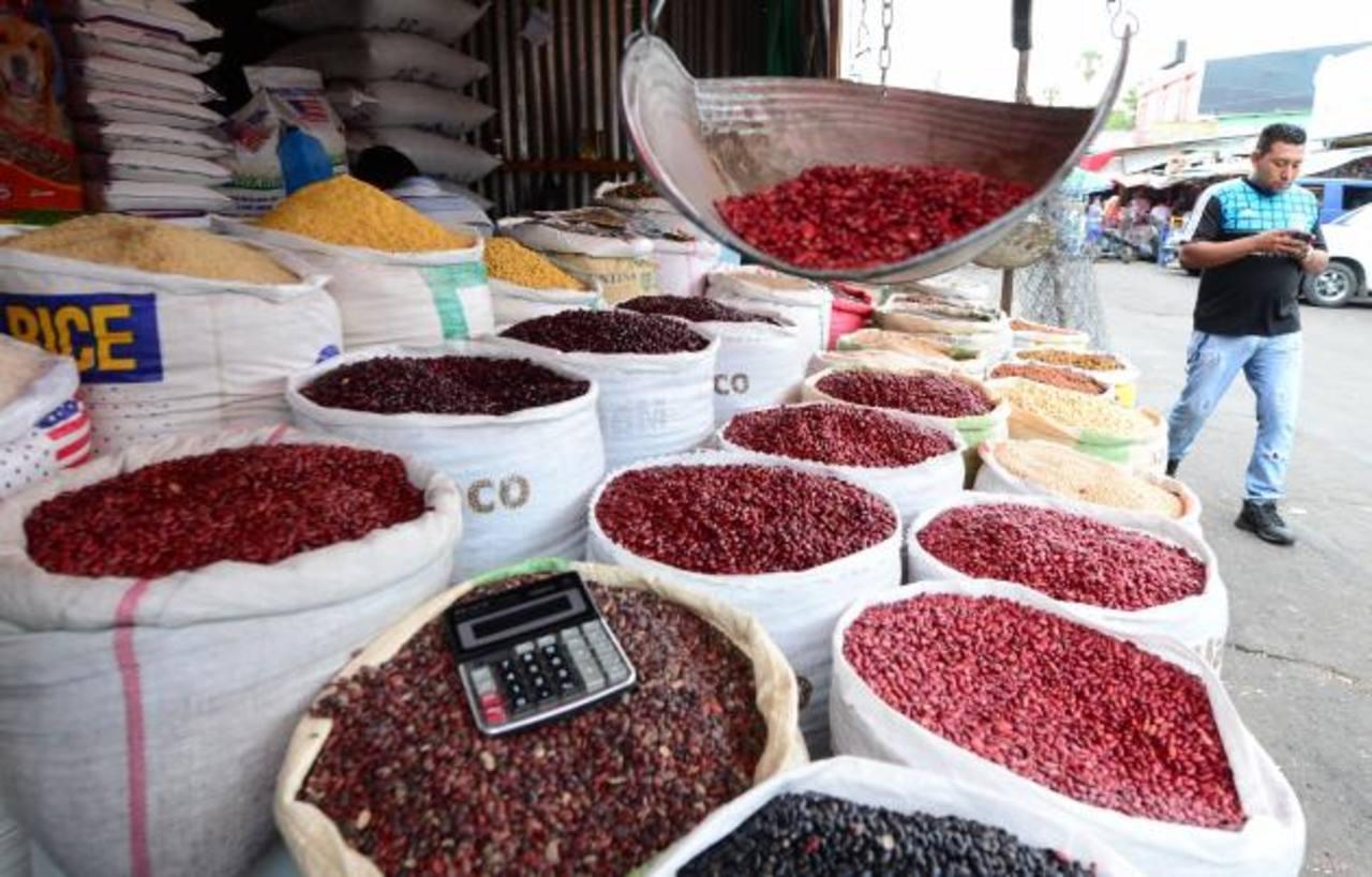 Los comerciantes del centro de San Salvador aseguran que el frijol nacional ha comenzado a escasear. Foto EDH /Archivo