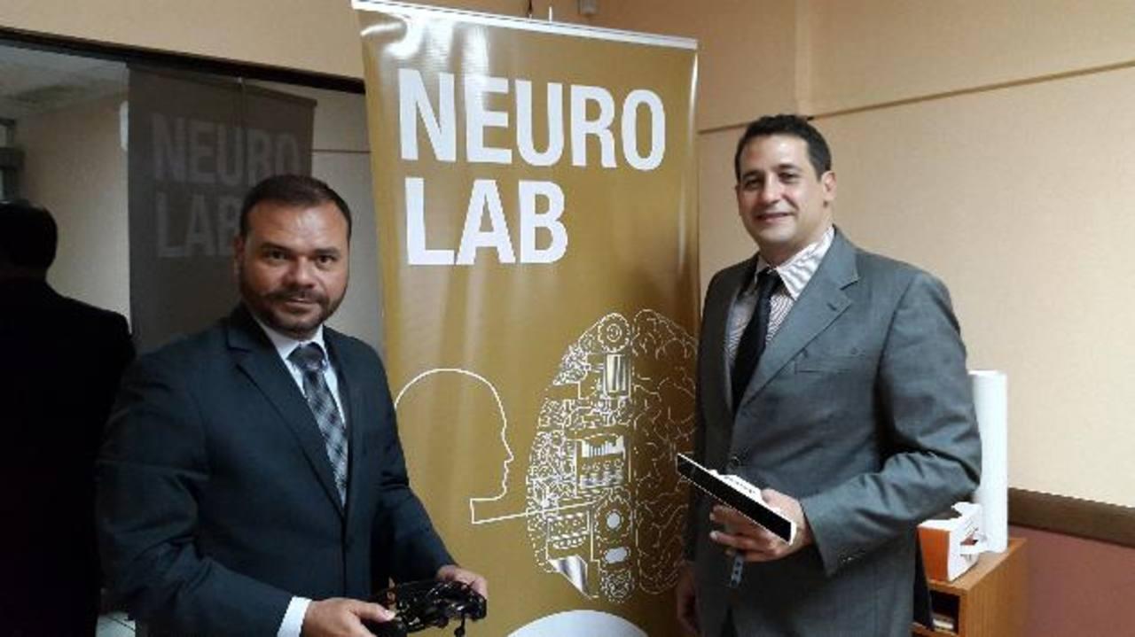 Rubén Moreno (izq.) y Alberto Apicella, dan a conocer el nuevo sistema. Foto EDH/ pedro mancia