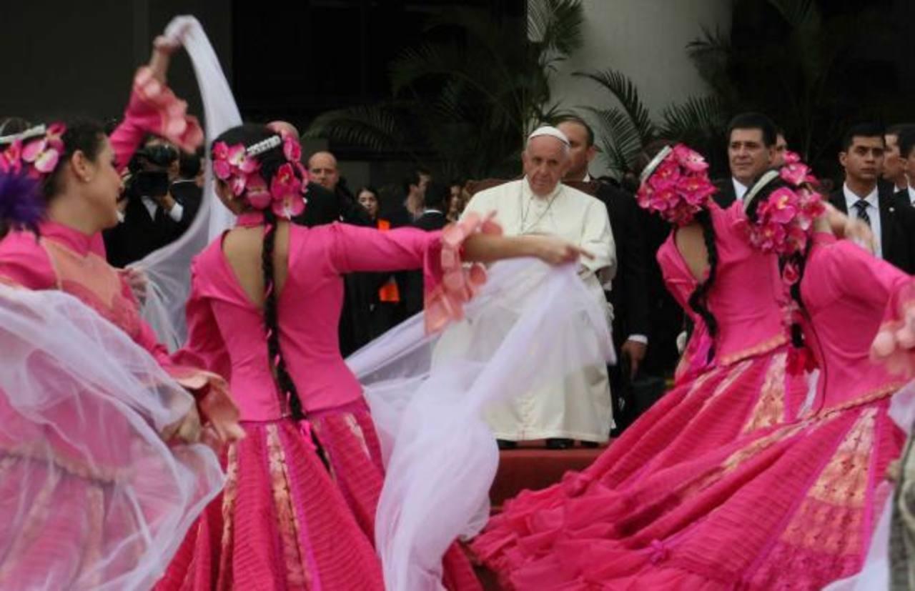 Francisco presencia un baile típico guaraní ayer en Asunción, su tercer país que visita en esta gira. Foto EDH / AGENCIAS