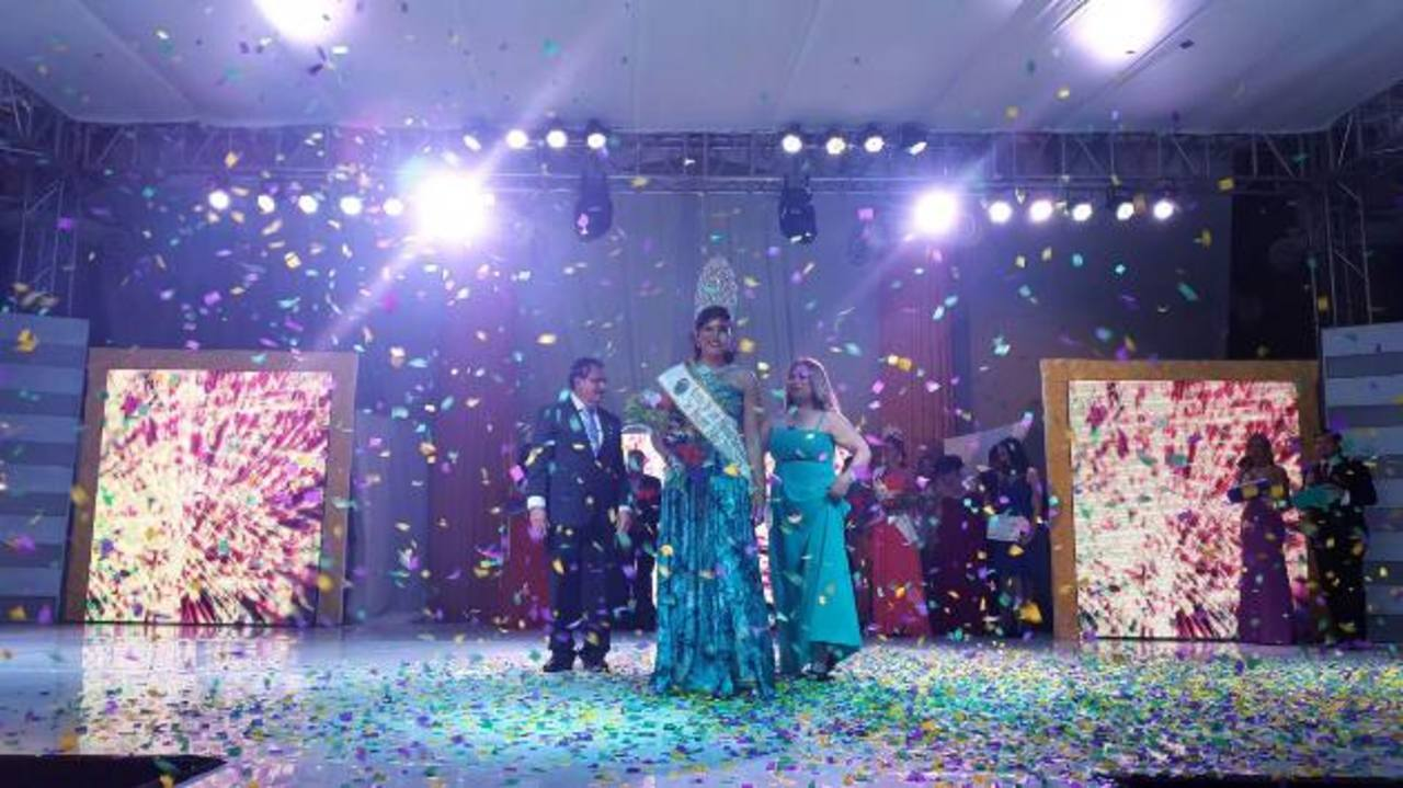 La nueva reina de los festejos luego de ser coronada por el alcalde de Santa Ana. Foto EDH / iris lima