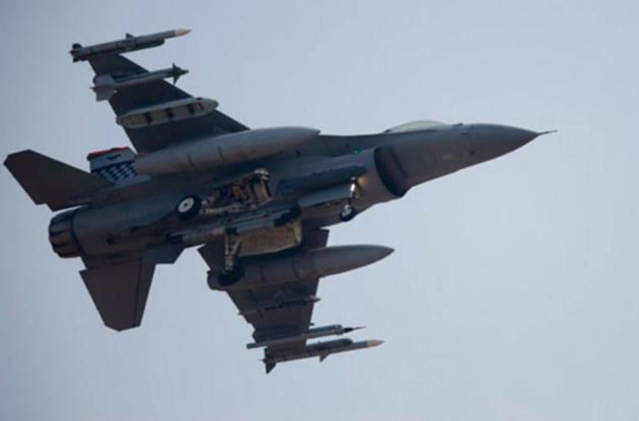 Un caza F-16 y una avioneta chocaron en el aire en Carolina del Sur.