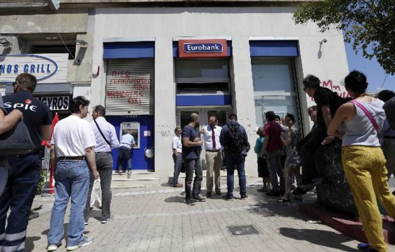 Las restricciones para sacar dinero en efectivo de los cajeros se mantiene hasta el miércoles. Foto EDH/AP