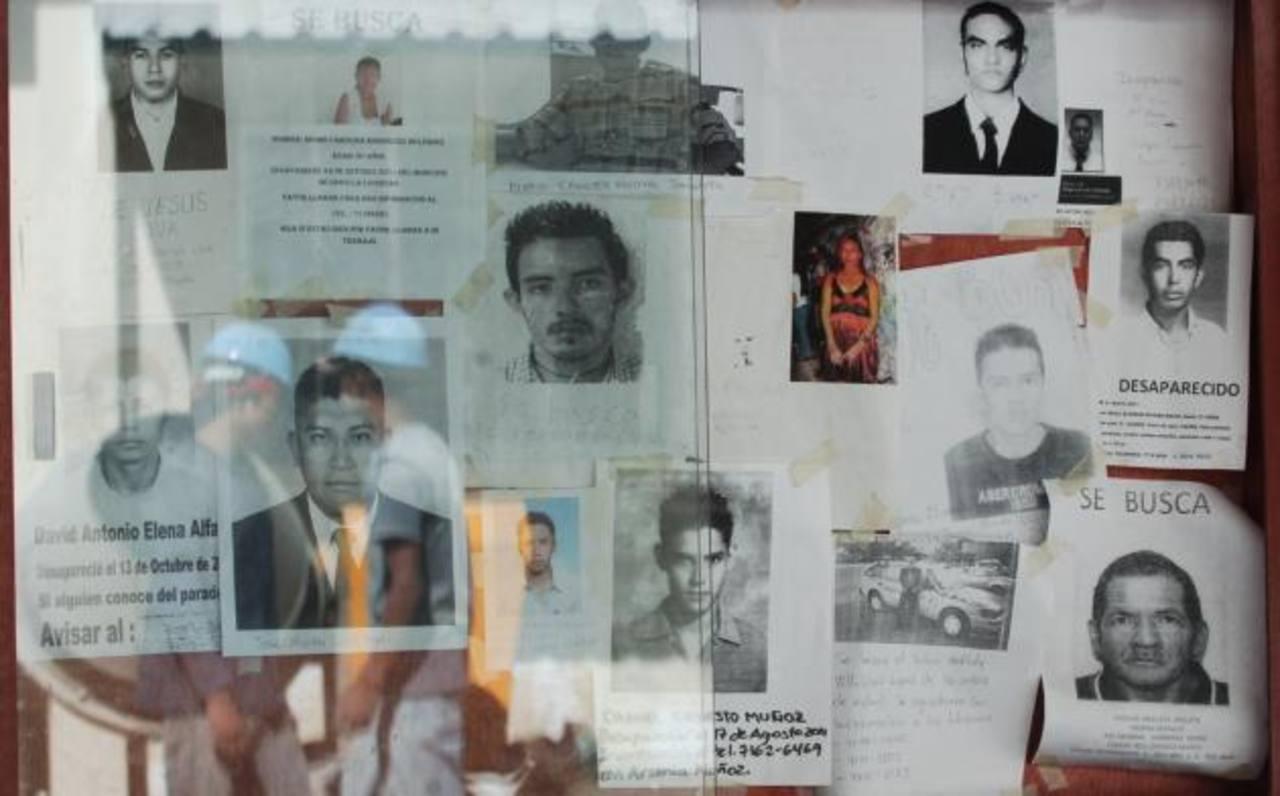 En Medicina Legal hay carteles en los que se pide información sobre gente desaparecida.