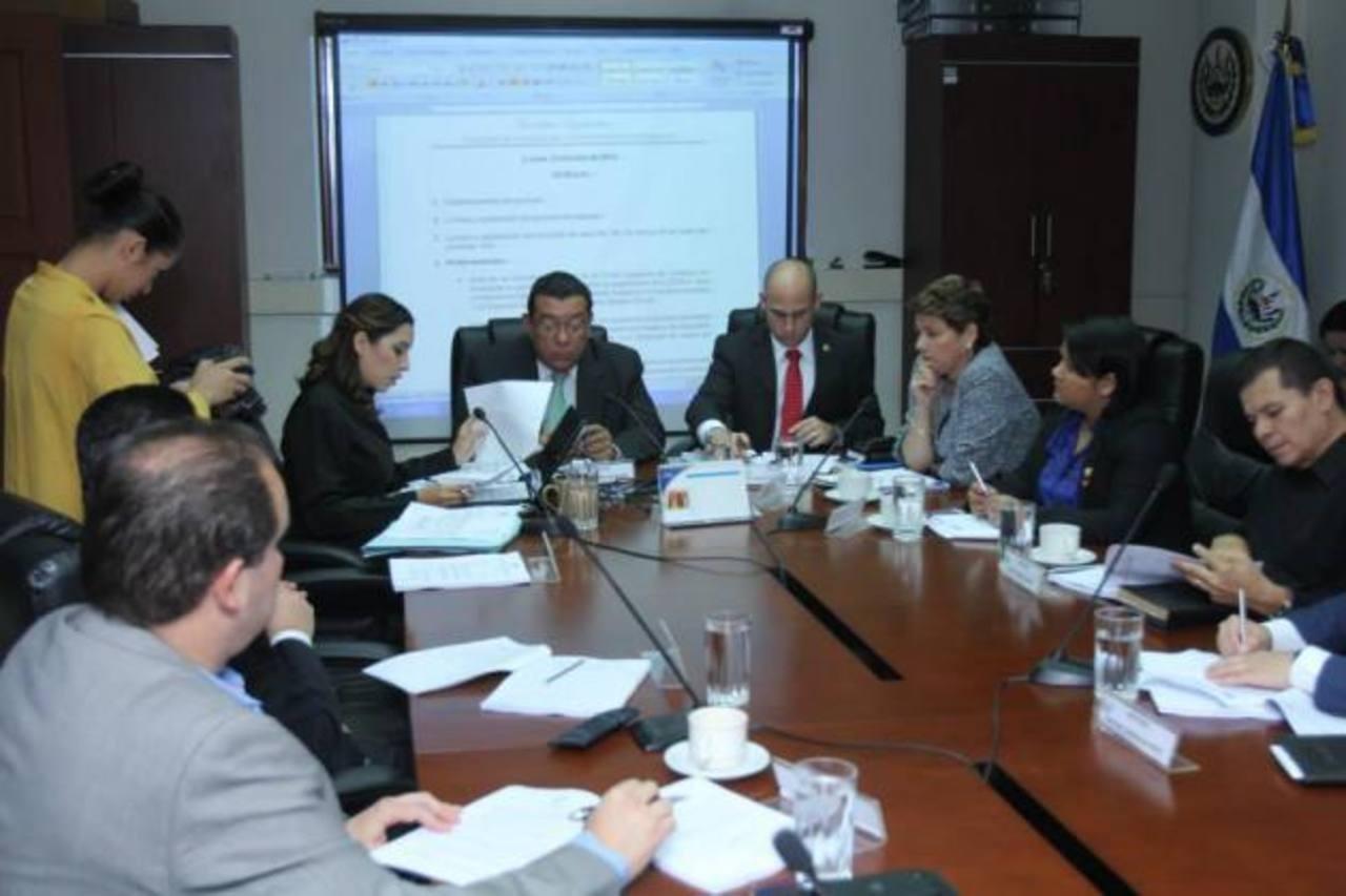 Comisión de Legislación en plena sesión ayer. foto edh / CORTESÍA