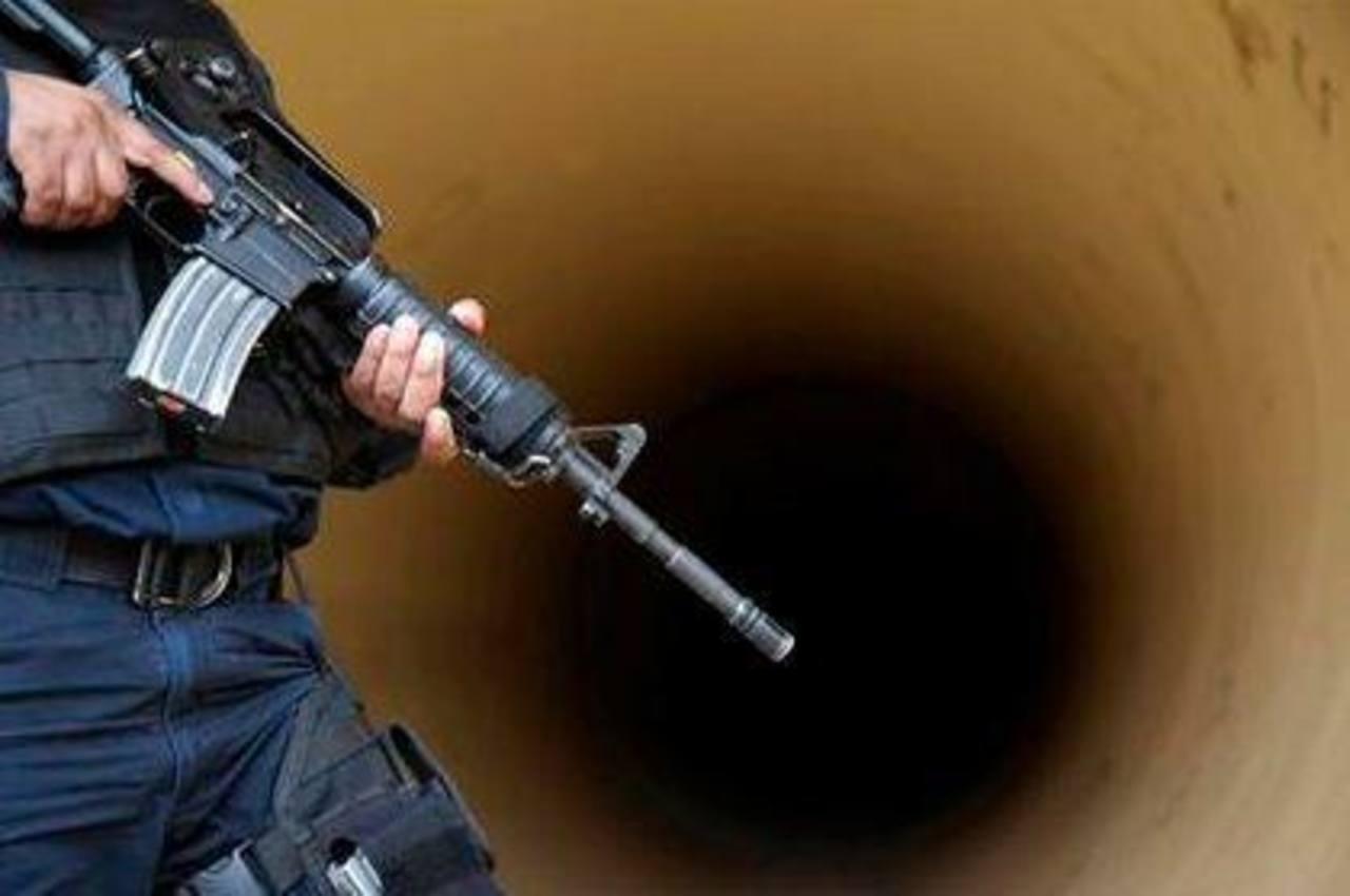 Un policía federal monta guardia en una tubería de drenaje fuera de la prisión de máxima seguridad del Altiplano.