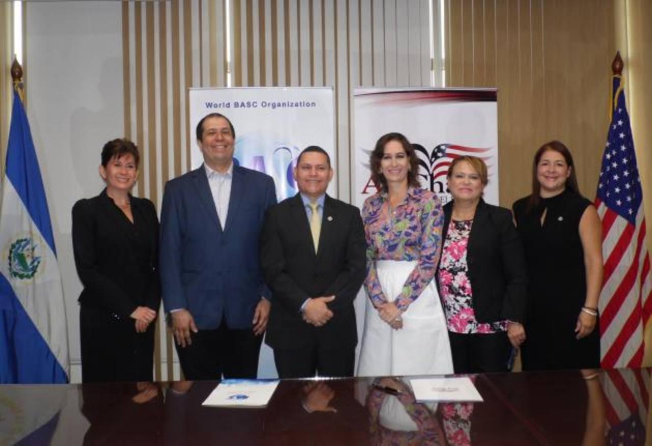 Los representantes de ambas instituciones firmaron el acuerdo. Foto EDH/cortesía