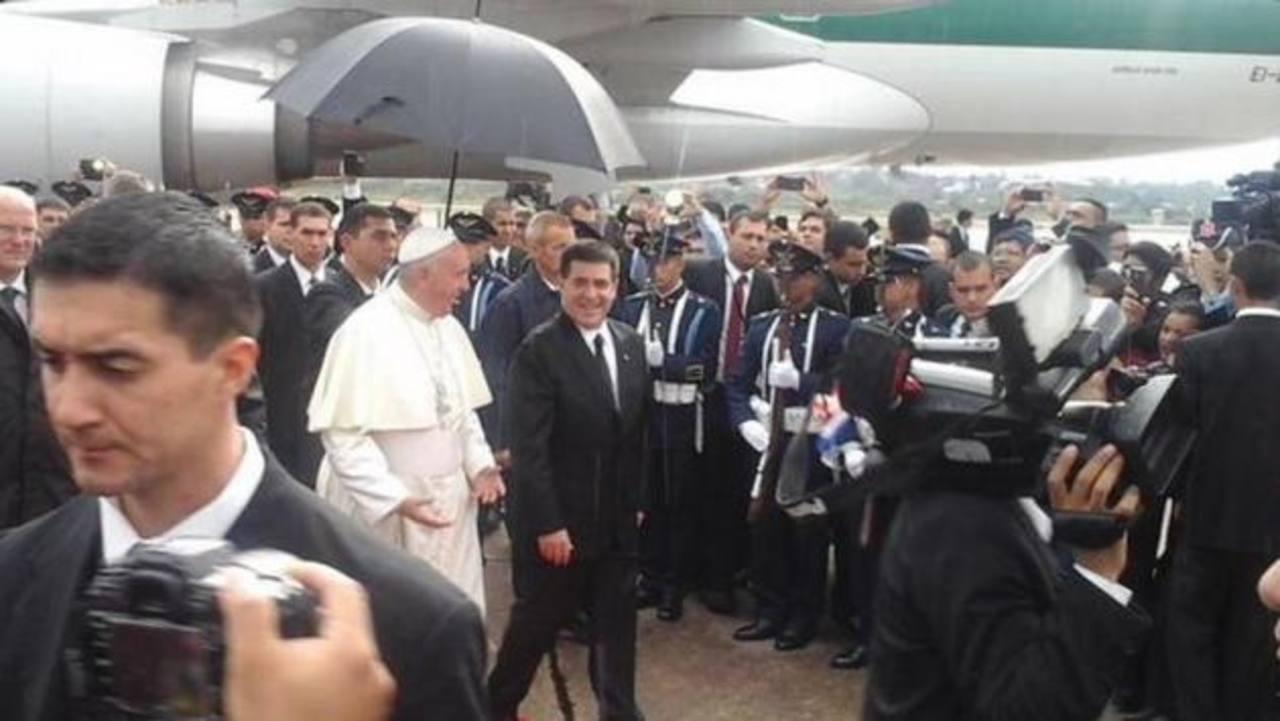 Papa Francisco llega a Paraguay procedente de Bolivia