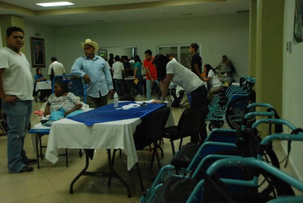 La entrega fue a personas de diferentes edades, en oriente. foto edh / Lucinda Quintanilla