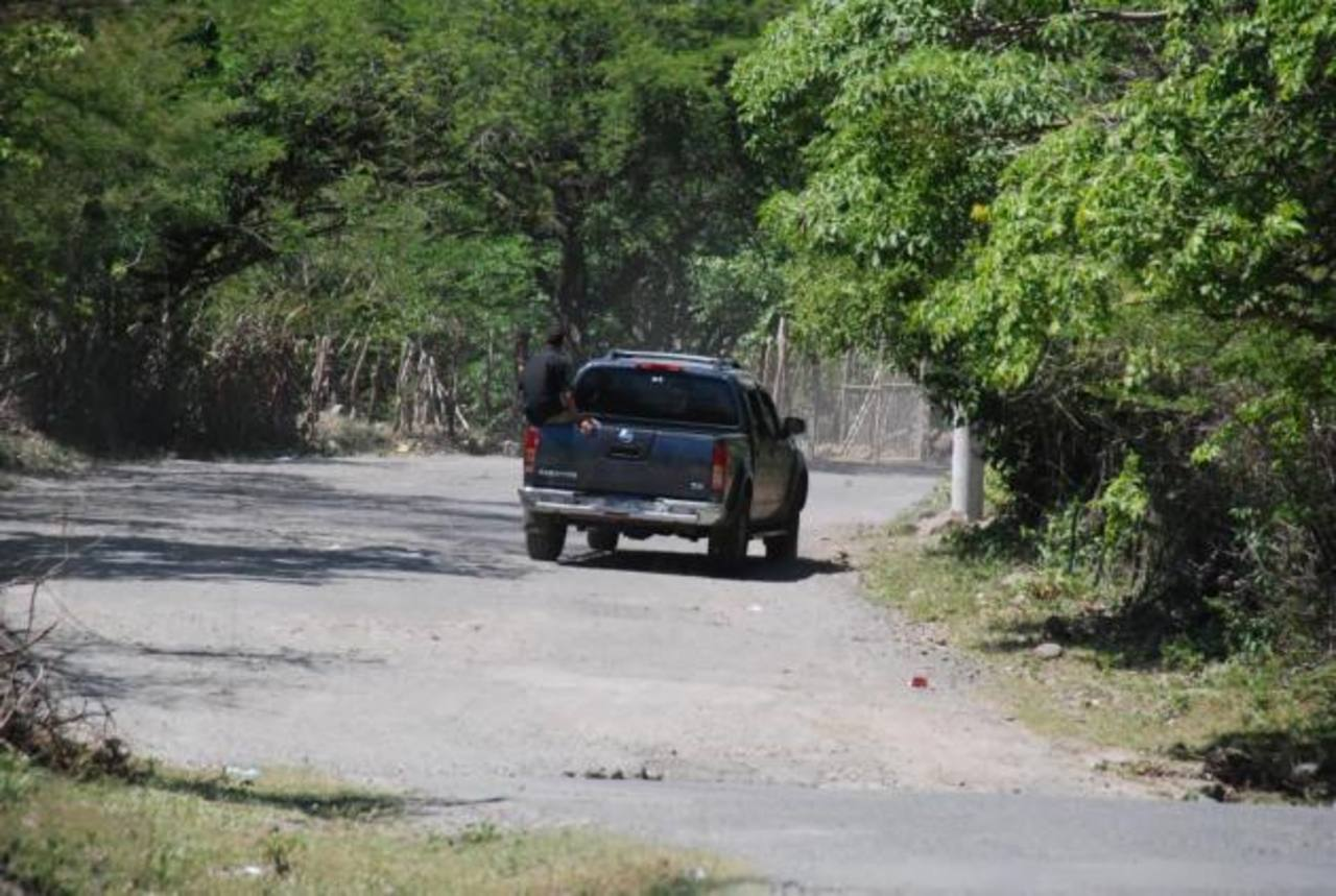 Los conductores que circulan por El Sauce deben sortear los huecos en toda la carretera para evitar accidentarse o dañar sus automóviles por el exceso de agujeros. foto edh / insy mendoza
