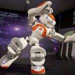"""Un robot humanoide baila en la exposición """"Bionicum"""" en Nurember (Alemania), en julio de 2014."""