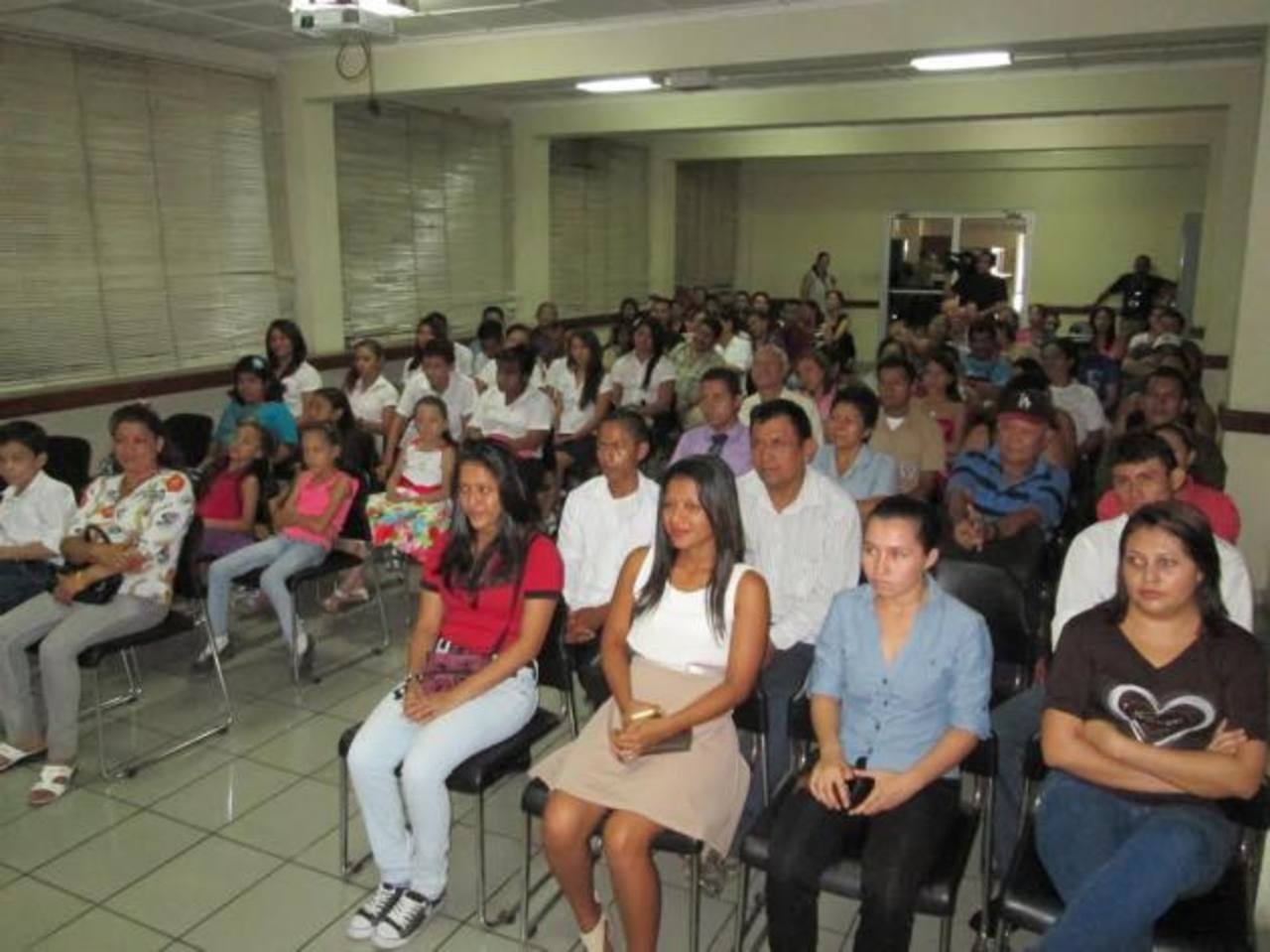 Las personas que recibieron sus diplomas fueron acompañadas al acto por familiares y amigos, quienes además de felicitarlos, se interesaron por las capacitaciones.