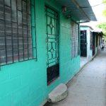 La casa del agente policial asesinado en La Campanera, en Soyapango, ayer lucía desierta y silenciosa. Foto EDH