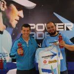 Gálvez (izq.) mostrando la camiseta que llevará en su recorrido. Junto a él, Villacorta (Powerade).