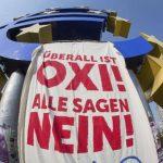 """Vista un cartel en el que se puede decir """"Todo el mundo dice oxi (no en griego) junto a la sede del Banco Central Europeo en Fráncfort, Alemania durante una manifestación realizada este viernes en apoyo a Grecia"""