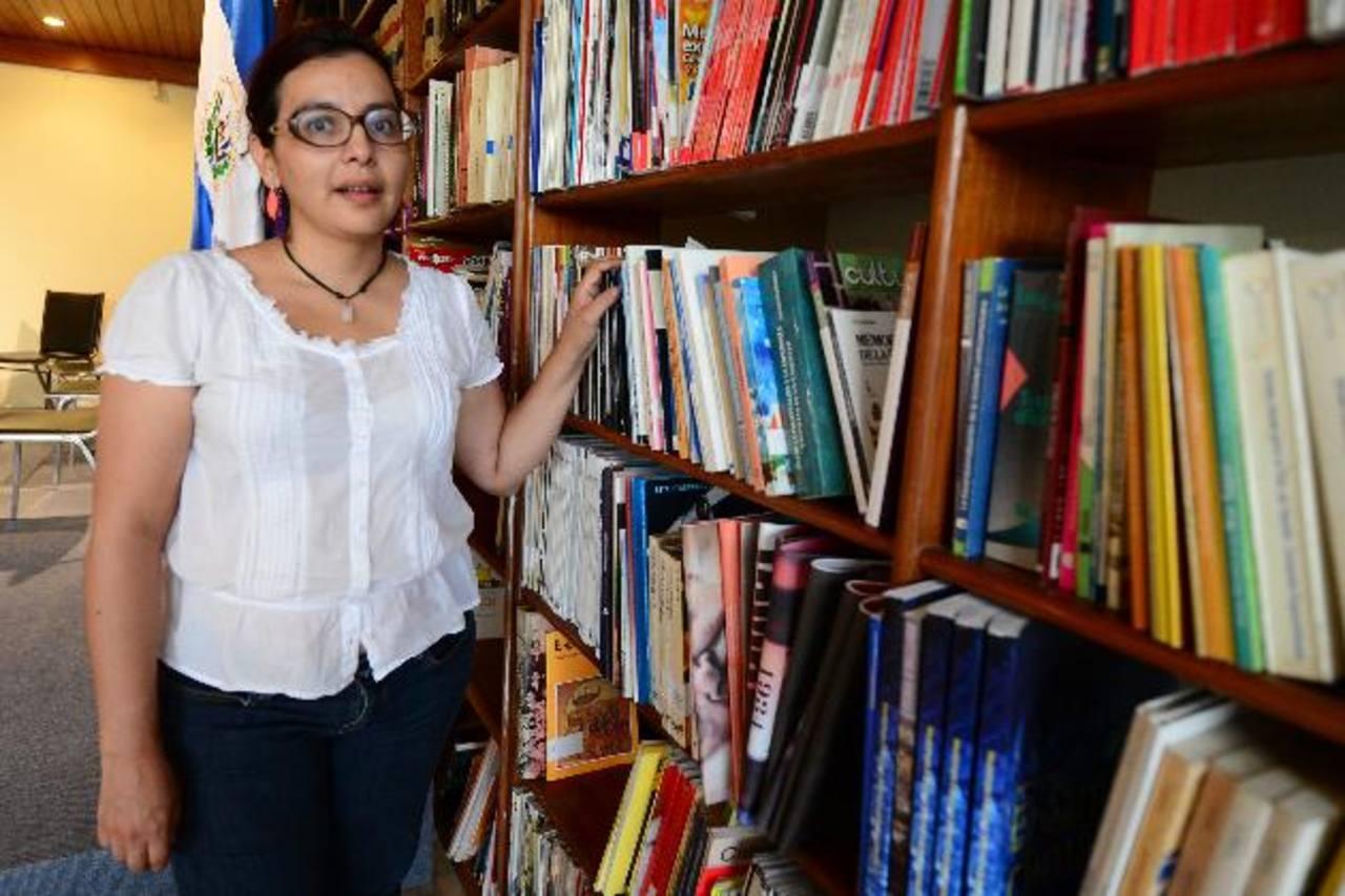Esta segundo novela de la guatemalteca aborda la historia entrelazada de tres hermanas: Ana, Loreta y Lucrecia. Toda la acción se desarrolla en 12 horas.