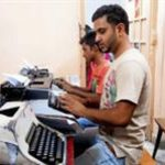 Un alumno aprende a escribir a máquina en una academia del centro de Nueva Delhi, en donde las máquinas de escribir le hacen competencia a las computadoras.