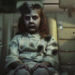 El fantasma de una niña persigue y aterroriza a Helena y a su madre.