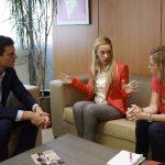 El secretario general del PSOE, Pedro Sánchez, y la dirigente Carme Chacón recibieron ayer, en Madrid, a Lilian Tintori, esposa del líder opositor y preso político Leopoldo López. foto edh / EFE