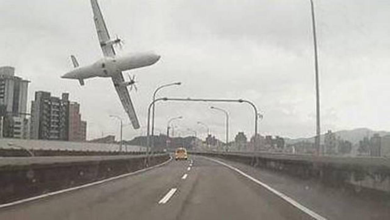Piloto de avión accidentado en Taiwán tiró de la palanca equivocada