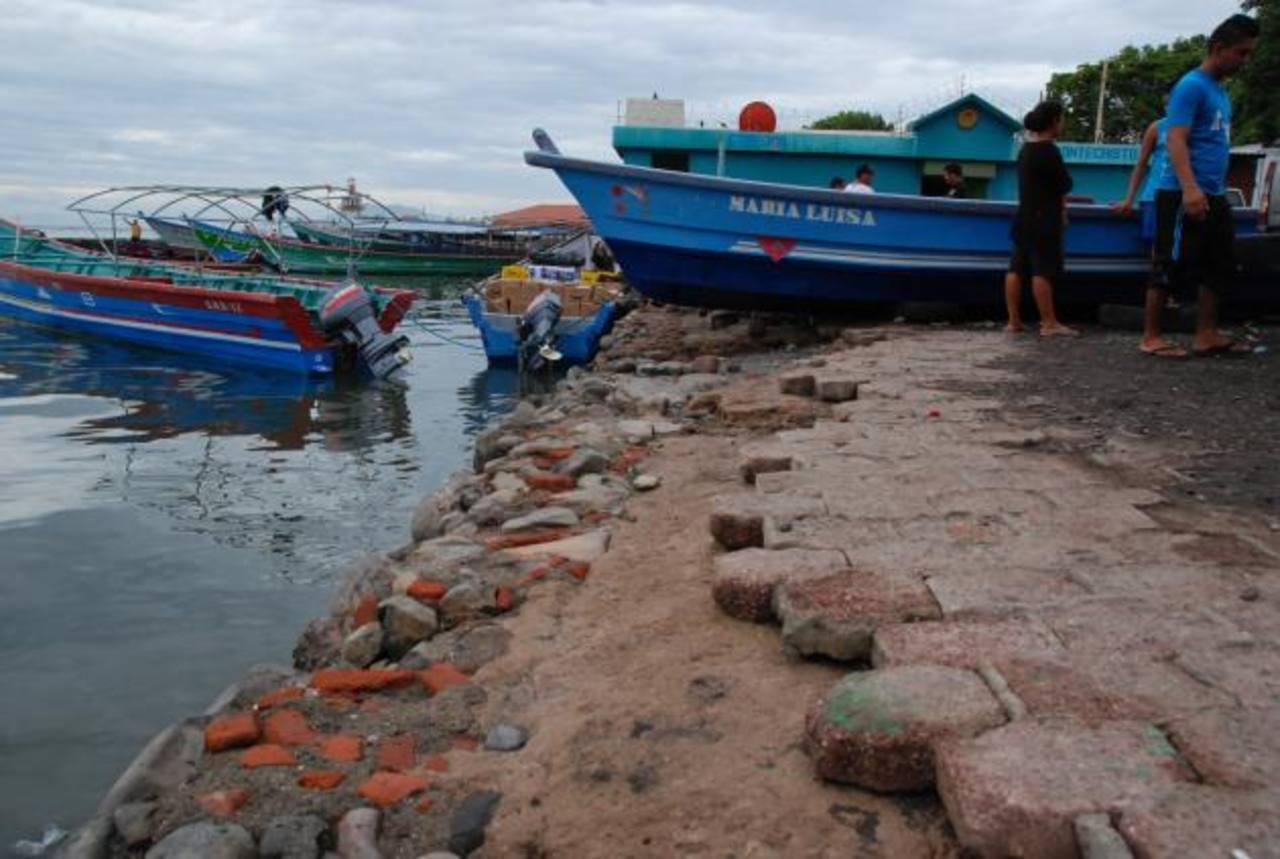 El piso del embarcadero se encuentra sumamente deteriorado y afecta a quienes lo usan. foto edh /Insy Mendoza