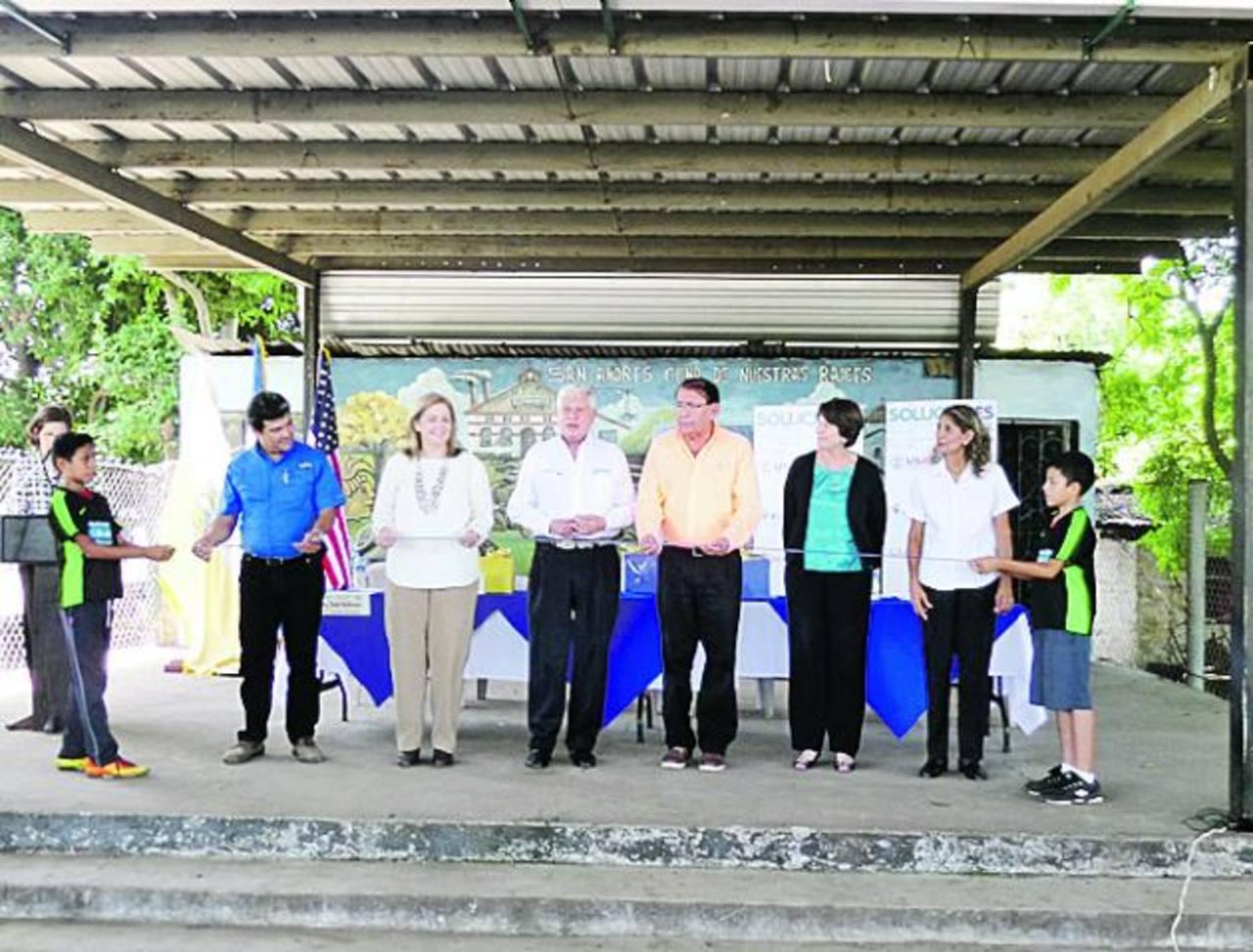 En corte de cinta, representantes de FV Constructores, Fepade, Indufoam, alcaldía de Ciudad Arce y USAID. Foto EDH / Cortesía