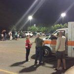 Personal de emergencia y evacuados de la zona donde descarriló un vagón de un tren con sustancias tóxicas en Maryville, Tennessee.