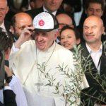 El papa Francisco con una gorra en el bañado norte de Asunción, Paraguay, durante su última jornada en el país.