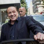 Fotografía de archivo fechada el pasado 8 de junio de 2015 que muestra al exprimer ministro italiano Silvio Berlusconi tras una reunión de negocios en Lugano, Suiza.