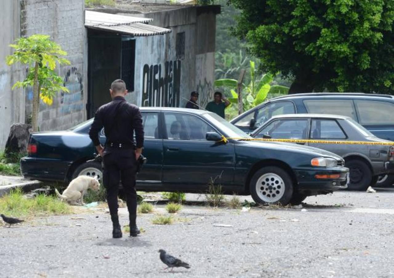 Un supuesto pandillero fue asesinado ayer en el reparto Las Cañas, municipio de Ilopango, informaron las autoridades. Foto EDH / Mauricio Cáceres.
